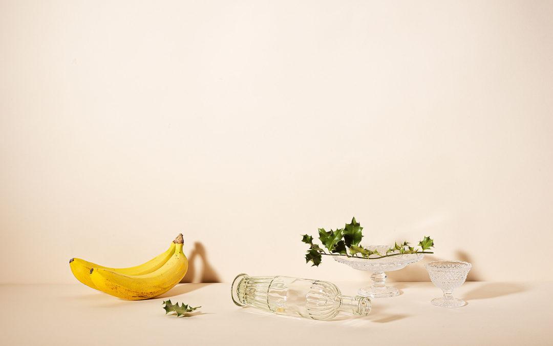Natura morta con vetro, agrifoglio, e banane